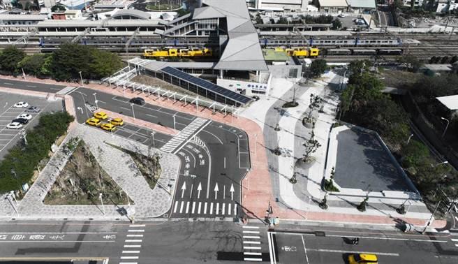苗栗火車站東西站及周邊環境再造工程,改善舊站體成為新的商業活動場域,並整合東西站交通動線及周邊景觀,讓苗栗的門面煥然一新。圖為西站空照圖。(苗栗縣政府提供/巫靜婷苗栗傳真)