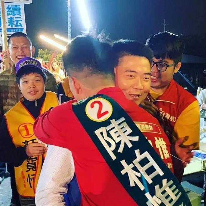 台灣基進立委陳柏惟5日在臉書形容他和國民黨立委顏寬恒的互動,就像點頭之交,沒有壓力。圖為去年陳柏惟和顏寬恒在拜票時相遇,兩人擁抱互相打氣。(取自陳柏惟臉書)