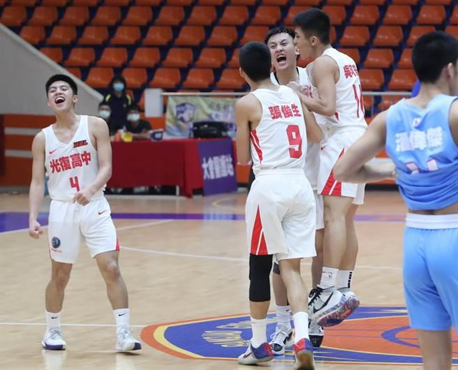 當光復高中確定擊敗能仁家商取得總決賽門票,光復球員在場上興奮擁抱。(鄭任南攝)