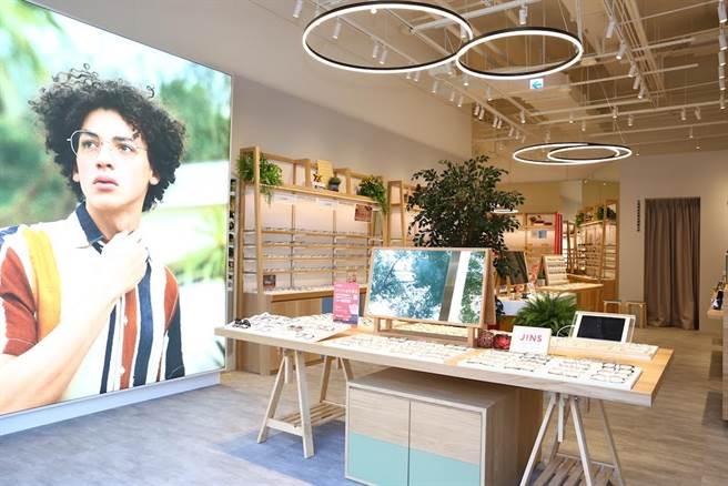 店內設計以「公園」為概念,運用色彩變化和植物氛圍。(JINS提供)