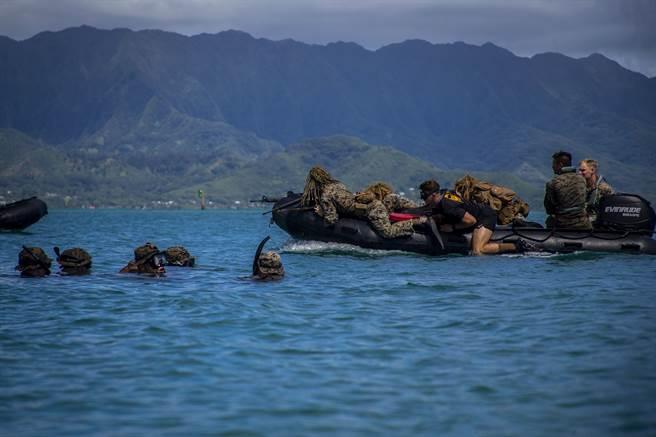 陸戰隊正考慮將夏威夷卡內奧赫灣的第3陸戰隊團,改為第3陸戰隊濱海戰鬥團。圖為第3陸戰隊團執行兩棲突擊演習。(圖/DVIDS)
