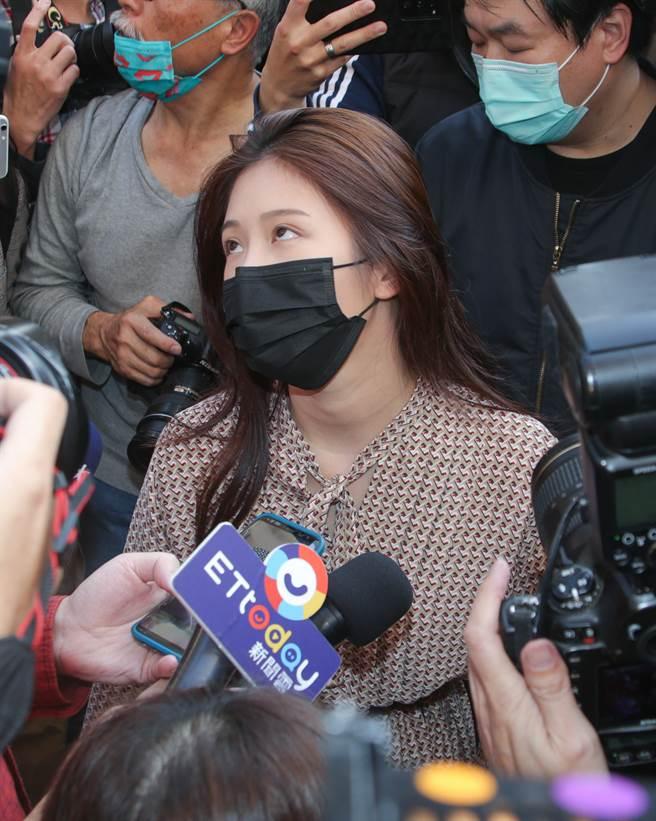 雞排妹在翁立友記者會外受訪,忍不住大翻白眼。(吳松翰攝)