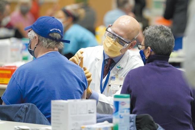 研究人員調查發現,信任疫苗的占大多數,三分之二受訪者強烈或中等程度相信疫苗,完全不信任的僅占12%。圖/美聯社