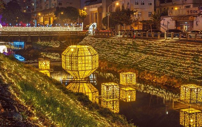 2021屏東綵燈節以「繁花盛艷」為主題,20座燈飾讓屏東市萬年溪畔有如繁花盛宴,美不勝收。