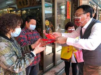行動支持防疫 黃適卓赴大溪老街發送口罩