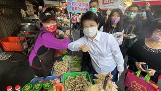 盧秀燕市場宣導防疫 婆媽「互碰手肘」打招呼