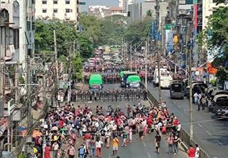 政變後首度爆發千人示威 緬甸軍方回敬全國斷網