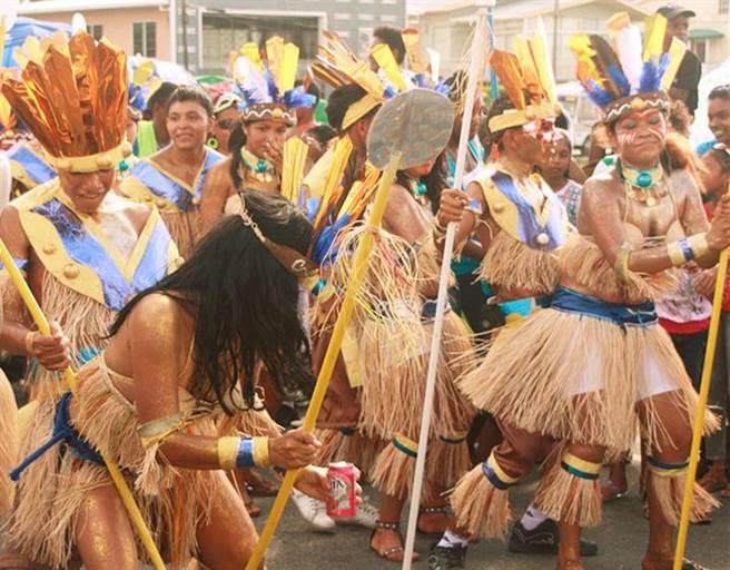 蓋亞那人口以印度裔與非裔最多,原住民其次。圖為原住民的傳統節慶。(圖/網路)