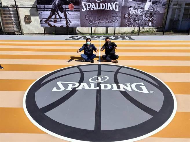 NBA指定用球品牌「SPALDING斯伯丁籃球場」開箱(戴上容攝)