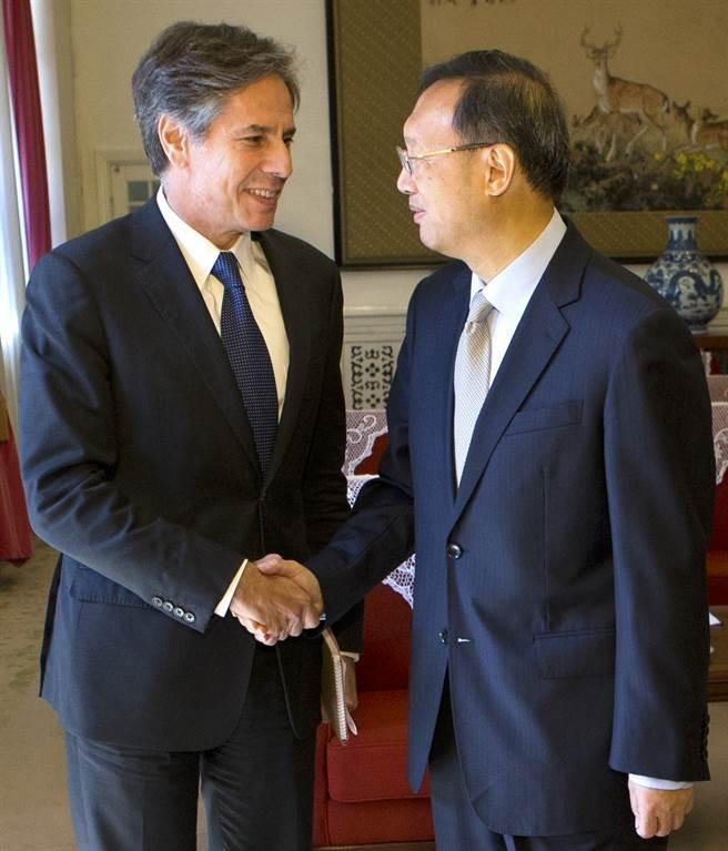 美國務卿布林肯已與大陸中共中央外事工作委員會辦公室主任楊潔篪通話,並向陸方表達拜登政府對於新疆、西藏與香港人權問題的立場。圖為時任副國務卿的布林肯與楊潔篪於2015年時在北京會面。(美聯社資料照)