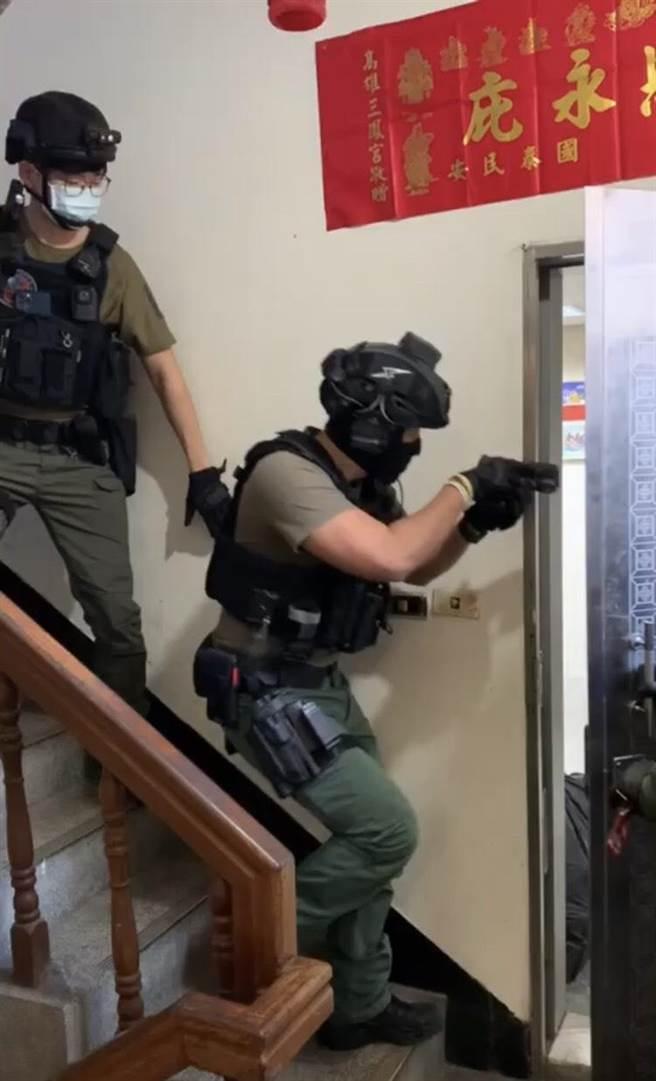 警方攻堅姜嫌據點。(圖/警方提供)