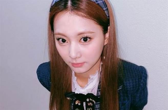 TWICE 官方近日晒出空姐照宣传将于3月举办的日本「TWICE in Wonderland」线上特别直播演唱会。(图/IG@twicetagram)