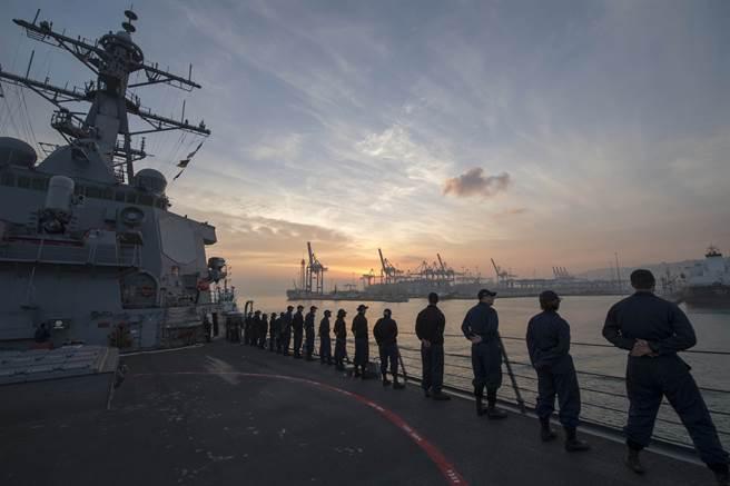 由於海法港是美軍第6艦隊經常停泊的港口,為中國大陸管理讓美方憂心軍事行動為大陸掌控。圖為美軍導引飛彈驅逐艦「史陶特號」(DDG 55)駛入海法港。(圖/DVIDS)