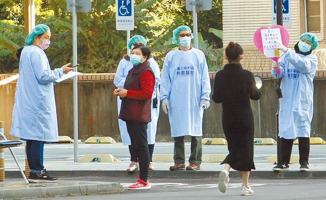 桃園醫院清零計畫5日結束,最後一天由於僅有200多人前來採檢,因此採檢站外並未出現排隊人潮。(范揚光攝)