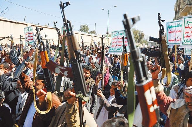 葉門「青年運動」叛軍支持者,高舉武器在首都沙那舉行反美示威。葉門內戰中,沙烏地阿拉伯為首的聯軍,與伊朗撐腰的「青年運動」交火,釀成人道危機。美國總統拜登4日宣布,美方終止支持沙國介入葉門內戰。(路透)