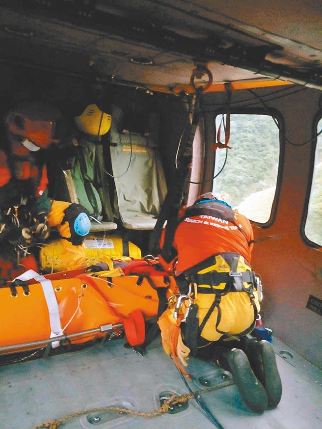空勤直升机将潘姓男子吊挂下山送医。(空勤总队提供/王志伟花莲传真)