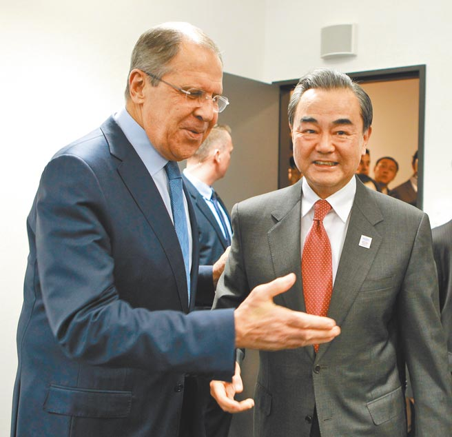 中俄外長通話強調中俄戰略協作沒有禁區,沒有上限。圖為2017年2月德國波昂二十國集團外長會議期間,中國外長王毅(右)會見俄羅斯外長拉夫羅夫。(新華社)