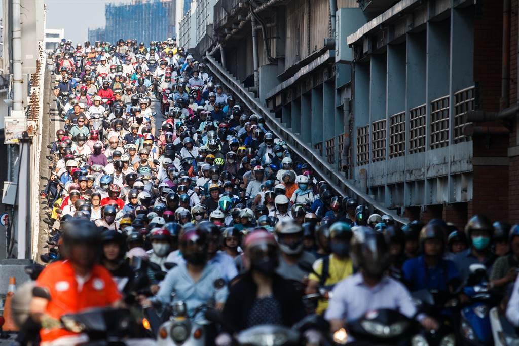 身為台灣人絕對看過這經典的台北橋「機車瀑布」吧!一整片的機車海帶你感受台灣的機車數量。(本報系資料照片)