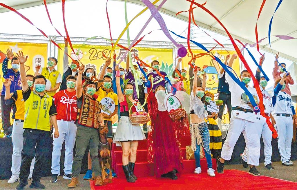 屏東熱帶農業博覽會6日開幕,今年與中華職業棒球大聯盟合作,創作各隊吉祥物彩稻圖案。農友們與職棒球員一起參加,投擲彩帶宣告開幕。(潘建志攝)