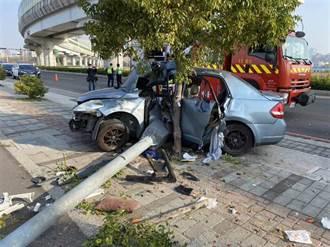 轎車失控撞斷路燈 車體擠成ㄑ字型 4受困1噴飛