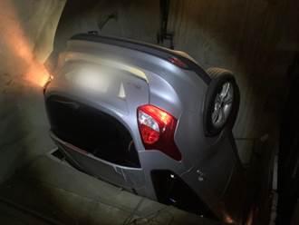 暴衝撞破停車塔鐵門 人車墜6米地底 情侶受困驚魂