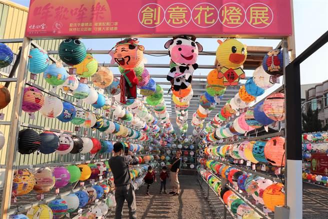 台南市六甲區恒安宮元宵燈飾彩繪比賽,吸引全國1300多人參加,6日燈飾掛出後不少民眾前往尋找自己的作品。(劉秀芬攝)