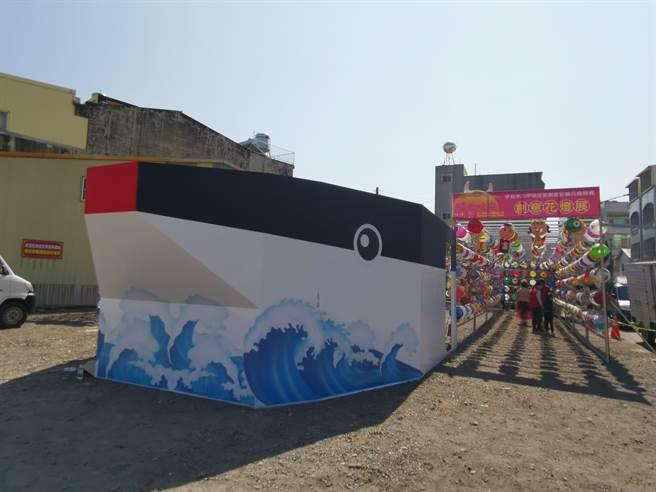 台南市六甲區恒安宮春節燈區特別以同安船為主題做設計,寓意乘風破浪,驅疫祈福。(劉秀芬攝)