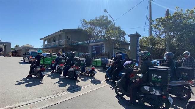 今天上午約有20名Ubereat外送員組成車隊,從醫院移靈到殯儀館公祭,送龍男最後一程。(羅亦晽攝)