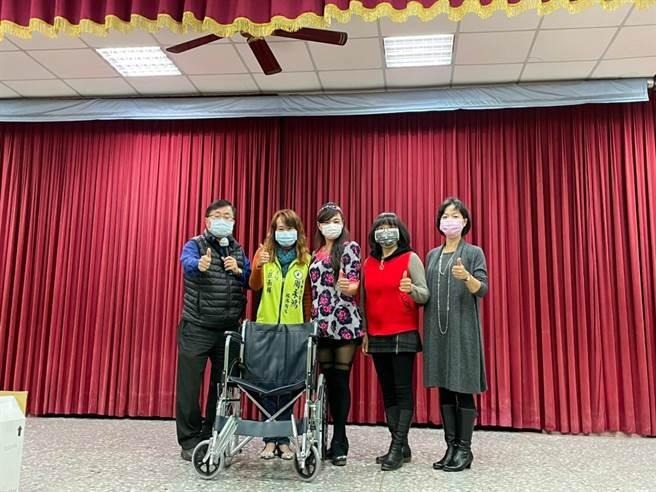 台中市議員周永鴻捐贈合計10部輪椅給神岡區三角、溪洲、庄後、大社里里辦公處與社口社區發展協會,<b><a href=