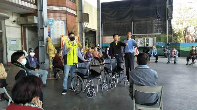 台中市議員周永鴻服務團隊陸續將輪椅送到受贈單位。(周永鴻服務處提供/王文吉台中傳真)