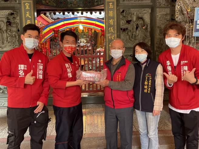 台灣基進黨立委陳柏惟(左二)面臨罷免挑戰,他受訪時老神在在表示「對自己選民有信心」。(陳柏惟服務處提供/王文吉台中傳真)