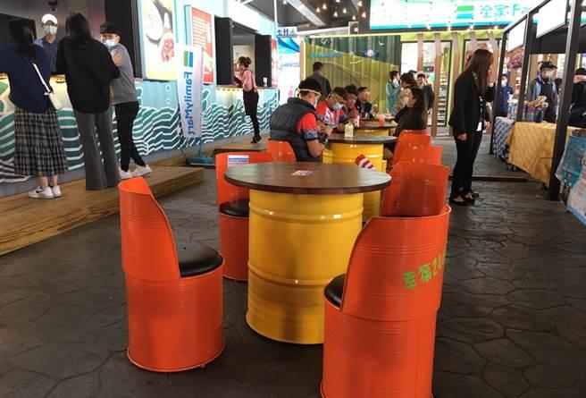 台61線口湖休息站以10個大小貨櫃搭建,站內客桌椅也是環保概念的油罐桶再利用所打造(周麗蘭攝)