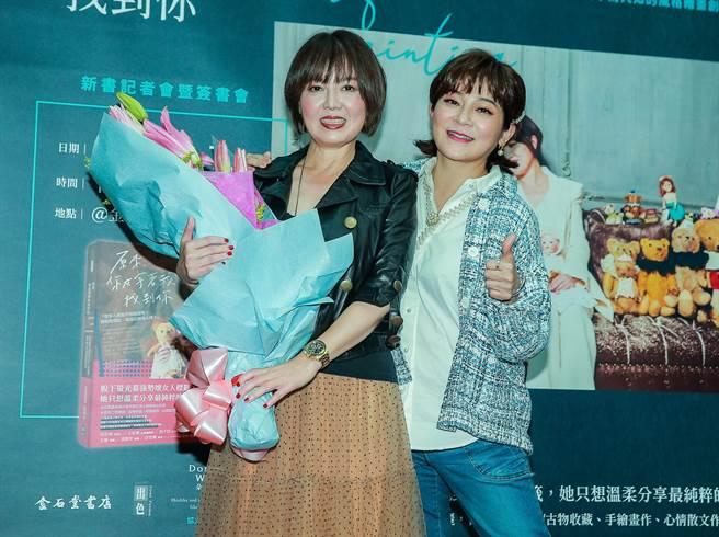 王彩樺為苗可麗新書簽書會熱情站台。(粘耿豪攝)