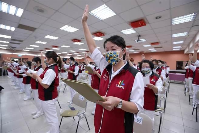 台北市成立「健康關懷天使大隊」,共100位完成受訓通過考核的健康關懷天使們宣讀誓詞。(黃世麒攝)