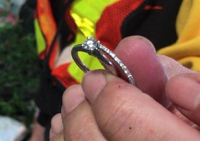 溪州焚化爐垃圾海裡大海撈針,找回丟失結婚鑽戒。(田中清潔隊提供/吳敏菁彰化傳真)