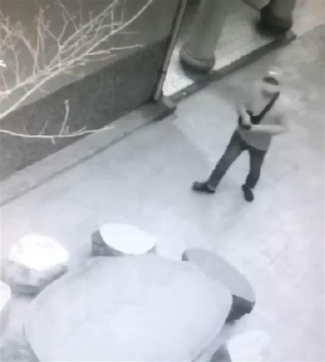 苗栗市警方48小時內偵破土地公廟旁竊盜案,將47歲犯案男子移送法辦。(警方提供/何冠嫻苗栗傳真)