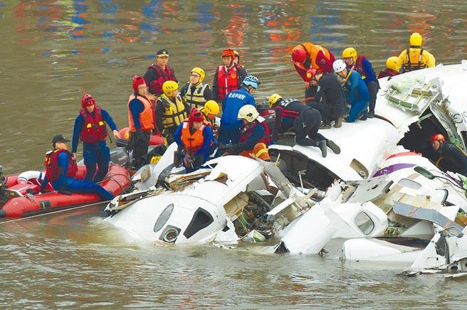 復興航空GE235航班空難滿6年,唯一倖存的機組員黃敬雅於臉書發文透露心聲,表示事故後得到創傷後壓力症候群合併重度抑鬱症。圖為當時救援人員在現場救援。(中新社)