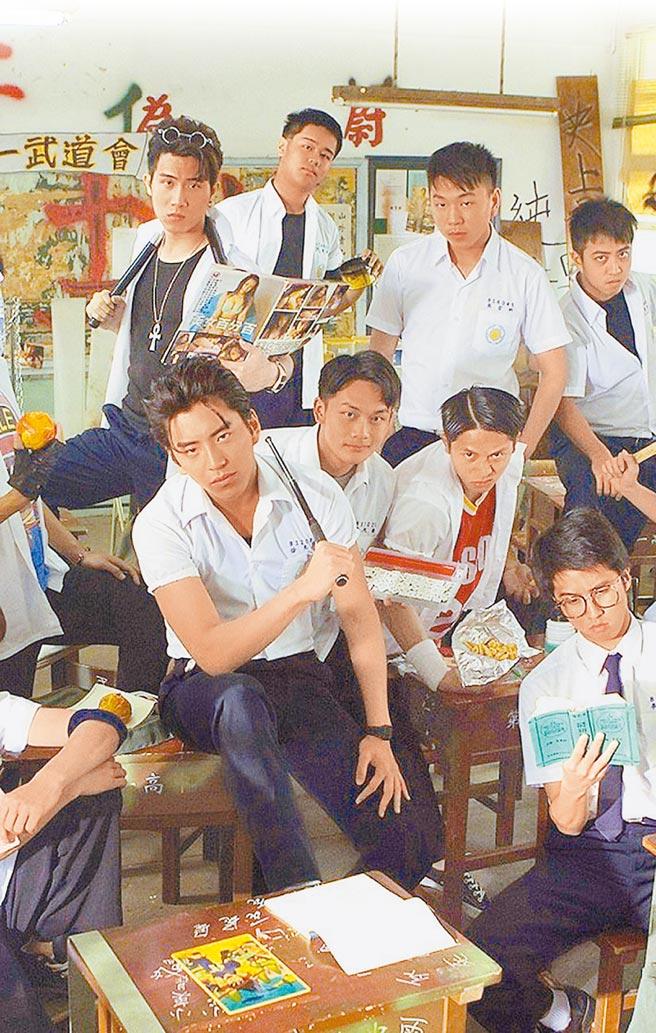 電影《我的少女時代》,有一段男學生拿著黃色書刊在校園招搖的片段,盡顯年少輕狂本色。(摘自網路)