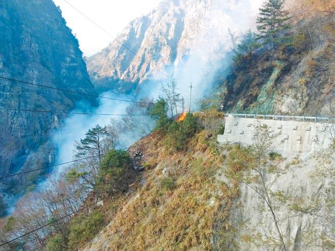 中橫便道19.3K德基段發生火燒山,火勢從河谷向上延燒,便道濃煙密布,雙向交通受阻。(台中市消防局提供/王文吉台中傳真)