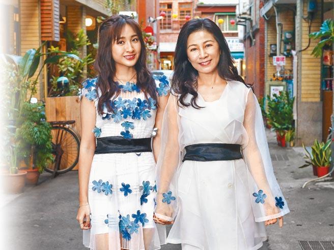 方文琳(右)希望女兒齊薇趁年輕多交朋友。(粘耿豪攝)