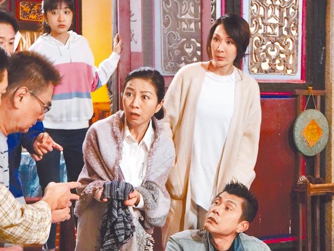 方文琳(中)和林千鈺(右)拍攝《金不厭詐》。(北投映像電影提供)