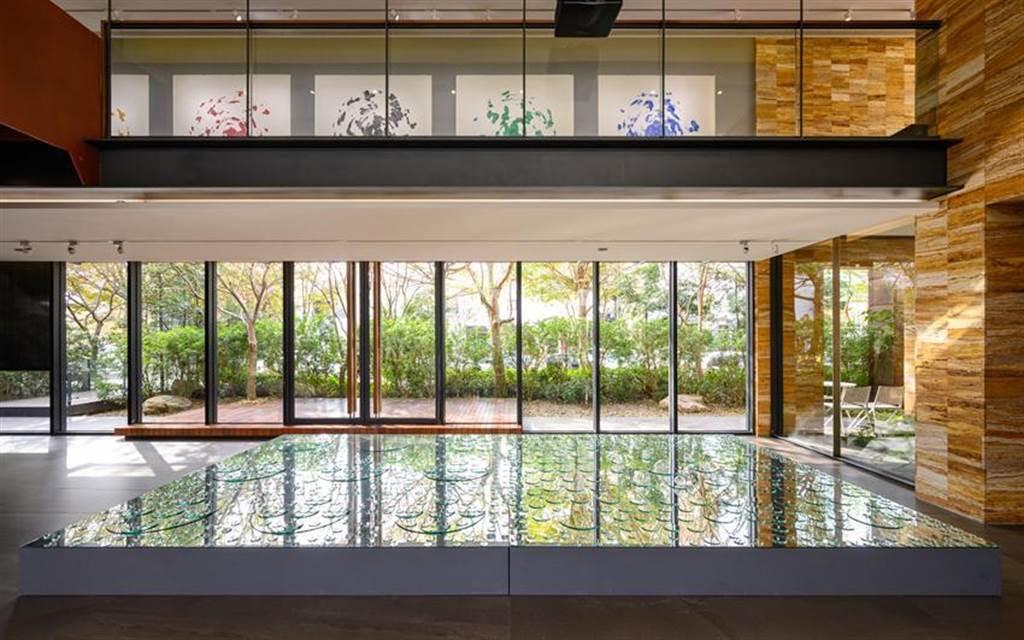 (「陸府植深館」展出大型裝置藝術品名為「兩界」。圖/業者提供)