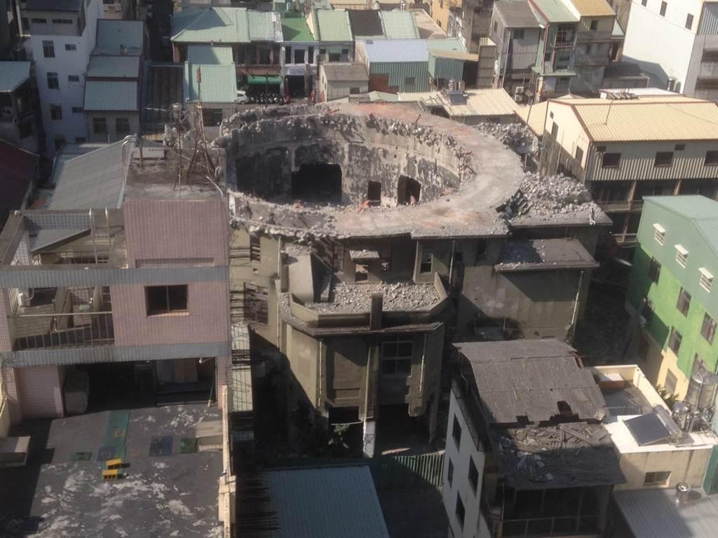 台中市東區復興路的「天外天劇場」未經許可即拆除,台中市政府都發局裁罰並勒令停工。(都發局提供/林欣儀台中傳真)