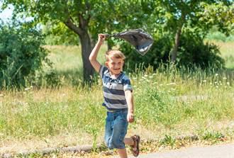 屁孩拿塑膠袋跳傘 背後同伴伸邪惡魔手 驚悚畫面曝