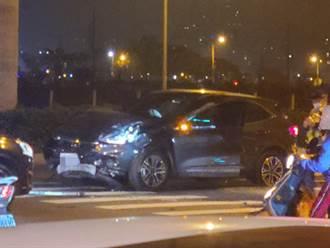 國產小車大外割迴轉 倒楣女神車遭撞轉180度氣囊全爆