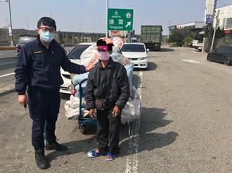 拾荒老人體力不支路倒 山腳所警民合力護送返家