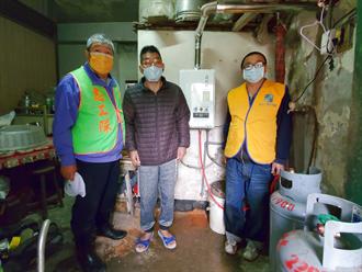 新北工會行善團助裝熱水器、換新燈管 弱勢蕭伯伯終能過好年