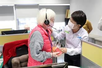慰勉視障話務人員 盧秀燕親自發放春節禮品