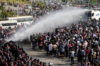 緬甸反政變抗議進入第3天 首都警方出動水砲