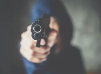 YouTuber持刀裝搶匪惡整路人 對方信以為真拔槍擊斃